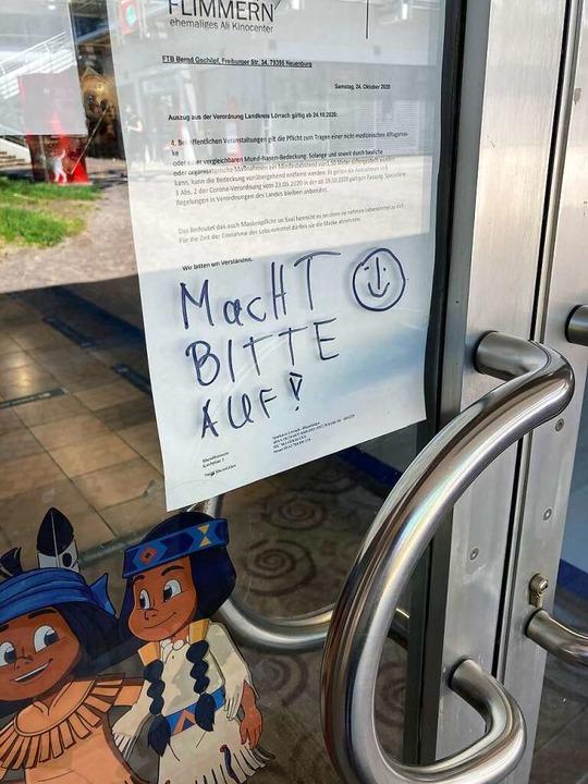 Die Bitte, wieder zu öffnen, hat jemand auf der Kinotür vermerkt.    Foto: Dora Schöls