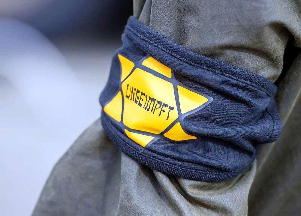 Diese Armbinde trug ein Demo-Teilnehme... einem Protest in Berlin. (Symbolbild)  | Foto: Christophe Gateau (dpa)