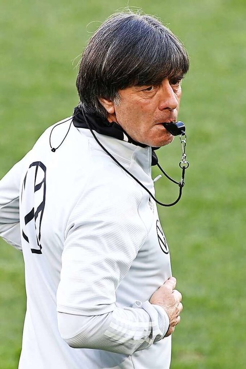 Pfiffig: Bundestrainer Joachim Löw  | Foto: Christian Charisius (dpa)