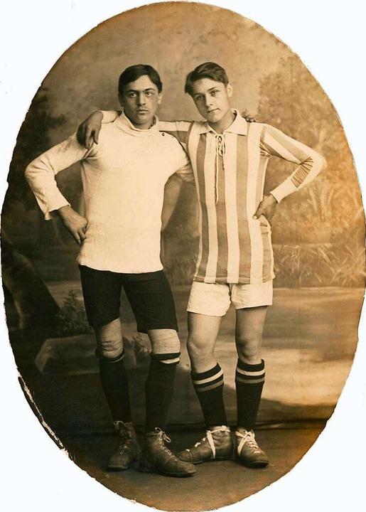 Zwei Fußball-Kumpels aus  den 1920er-Jahren.     Foto: serienlicht (imago)