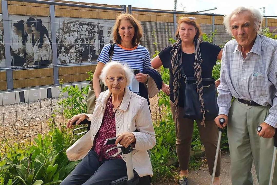 Erika Horny, geborene Senn, mit ihren ...50er Jahre in Bürchau aufgenommen hat.  | Foto: Harald Senn