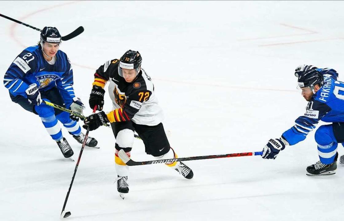 Dominik Kahun und seine Kollegen kämpf...eites Mal am finnischen Goalie vorbei.  | Foto: Roman Koksarov (dpa)