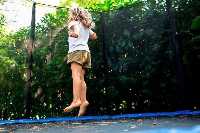 Sicher hüpfen ohne Bruch: So springen Kinder gefahrloser Trampolin