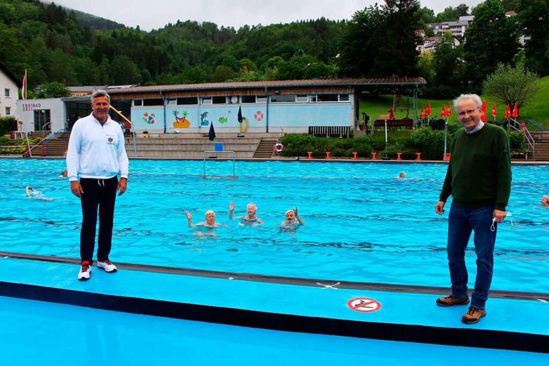 Swimming in the Rain: Hartgesottene Ze...(links) und Bürgermeister Peter Palme.  | Foto: Martin Klabund