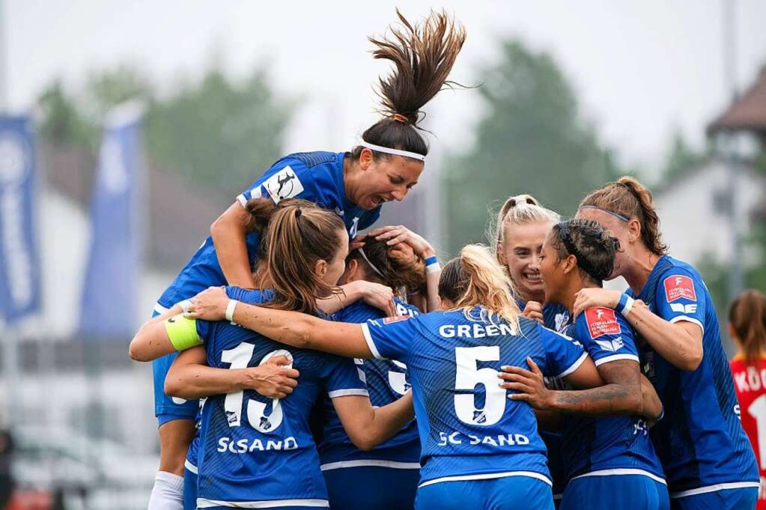 Die Fußballerinnen des SC Sand freuen sich über den Klassenerhalt.  | Foto: Eibner Pressefoto/Michael Memmler via www.imago-images.de