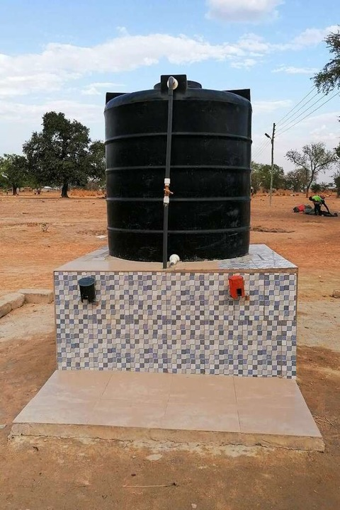 Einer der  neuen Brunnen, der die Menschen  in Natugnia nun mit Wasser versorgt.    Foto: Ali James Griesbaum