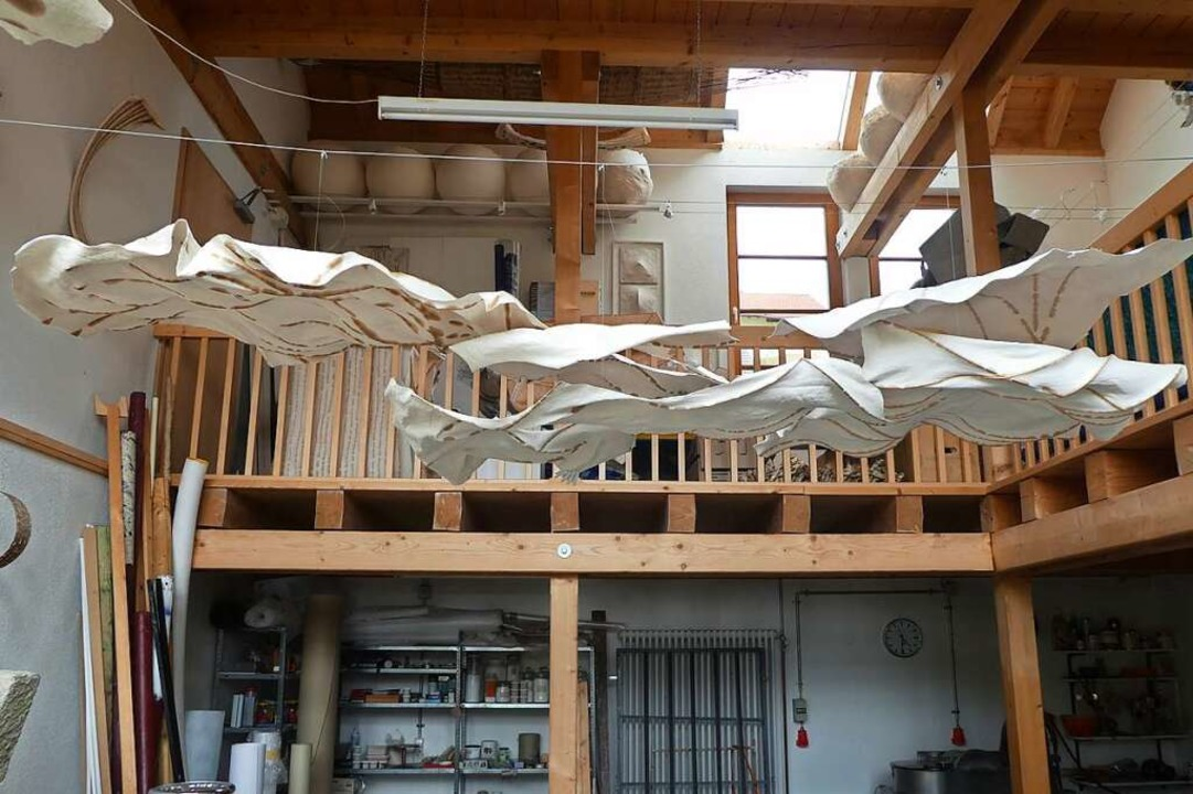 Doppeldecker im Atelier warten auf die nächste Ausstellung.    Foto: Peter Stellmach