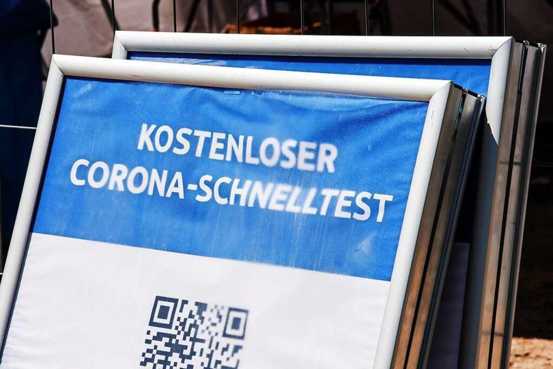 Zwei Schilder vor einem Testzentrum (Archivbild)  | Foto: Peter Kneffel (dpa)