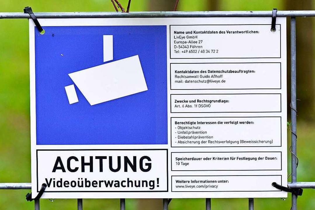Das Schild mit den Infos zur Videoüberwachung  | Foto: Michael Bamberger