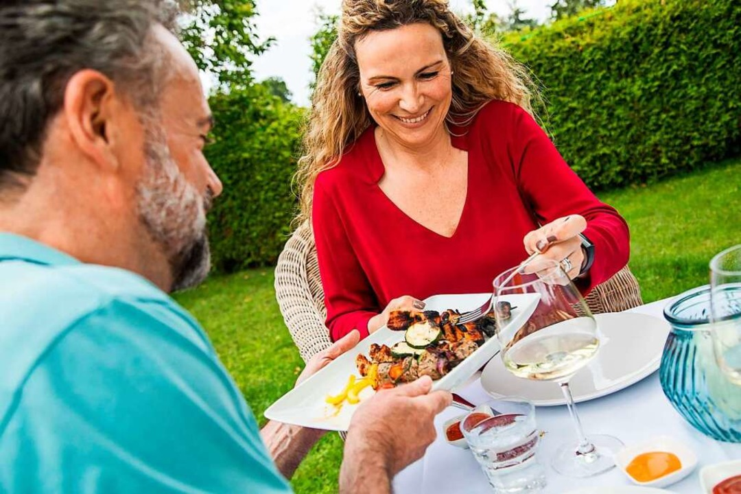 Entspannt genießen: Auch beim Grillen kann man sich gesund ernähren.  | Foto: Christin Klose/dpa-tmn