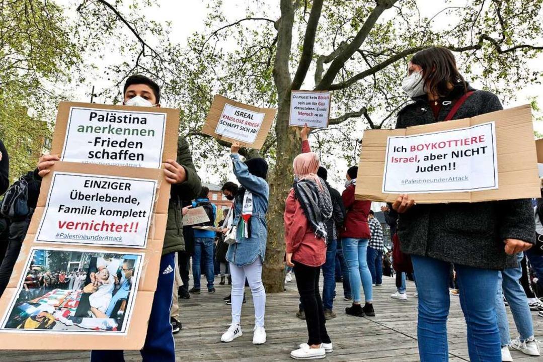 Plakate auf der Palästina-Demonstration Mitte Mai  | Foto: Thomas Kunz