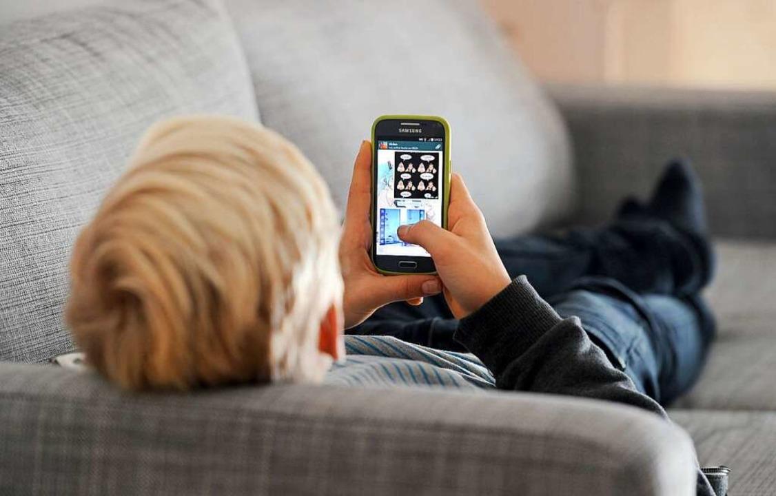 Smartphone statt Tennisschläger: Viele... Pandemie die Bewegung im Sportverein.  | Foto: Tobias Hase (dpa)