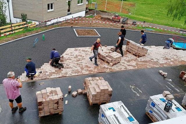 Bürger von Todtnau-Muggenbrunn pflastern sich eine neue Dorfmitte