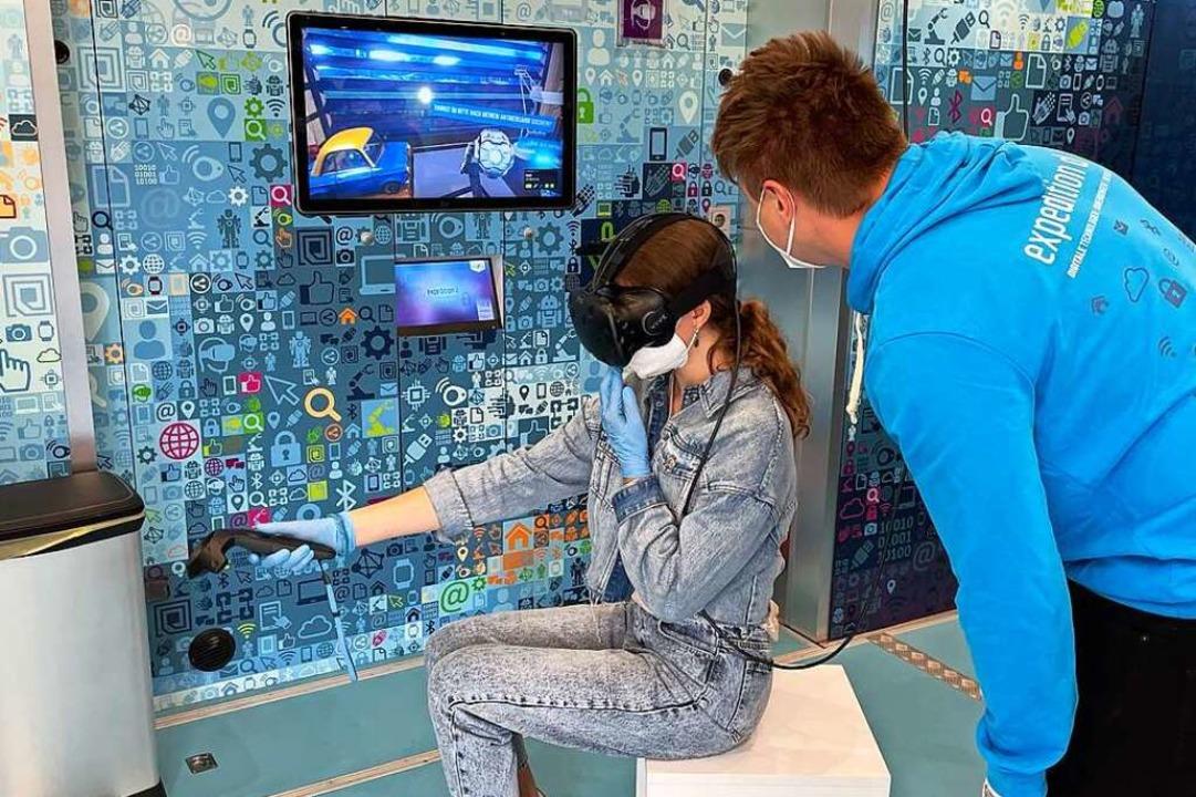 Eine Schülerin versucht sich in der virtuellen Realität zurechtzufinden.  | Foto: Valentin Heneka