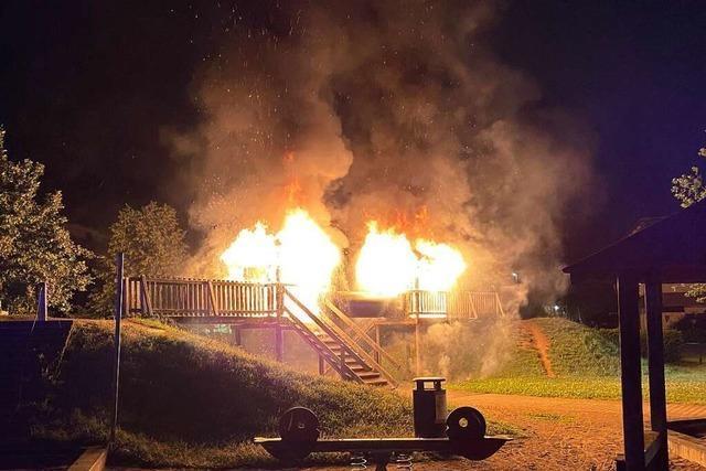 Ein Spielplatz in Bad Säckingen brennt lichterloh