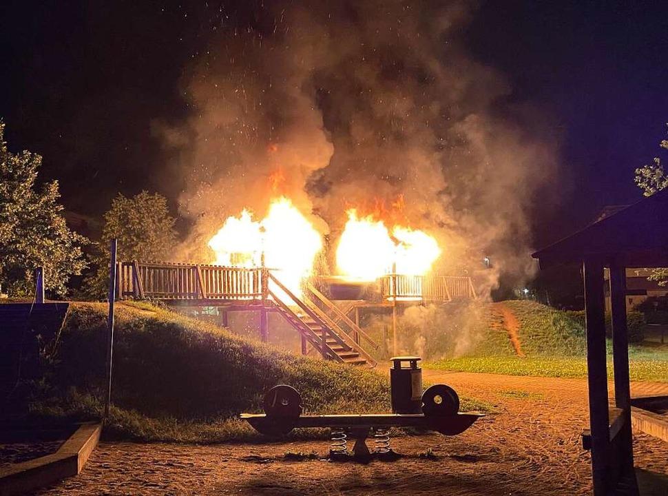 Die Spieltürme auf dem Spielplatz stehen in Flammen.  | Foto: Feuerwehr