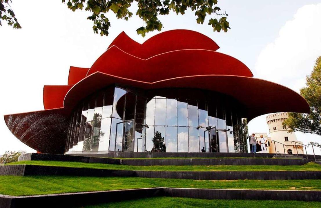 Die dreifach muschelartige rote Überda...Theaters in Potsdam aus dem Jahr 2006.  | Foto: Bernd Settnik (dpa)