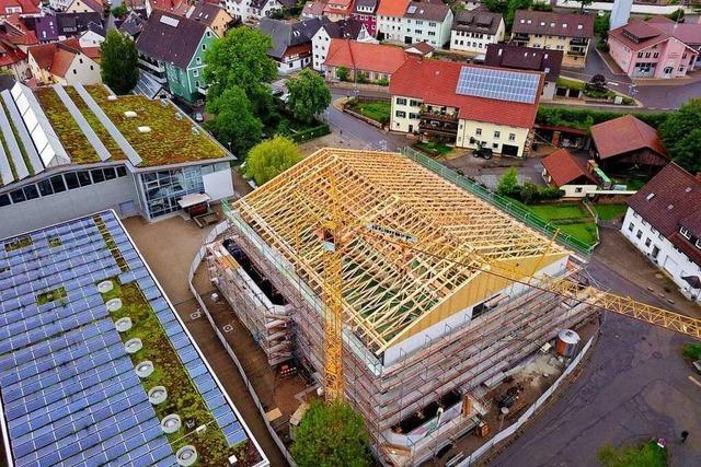 Satteldach stockt das Gebäude auf