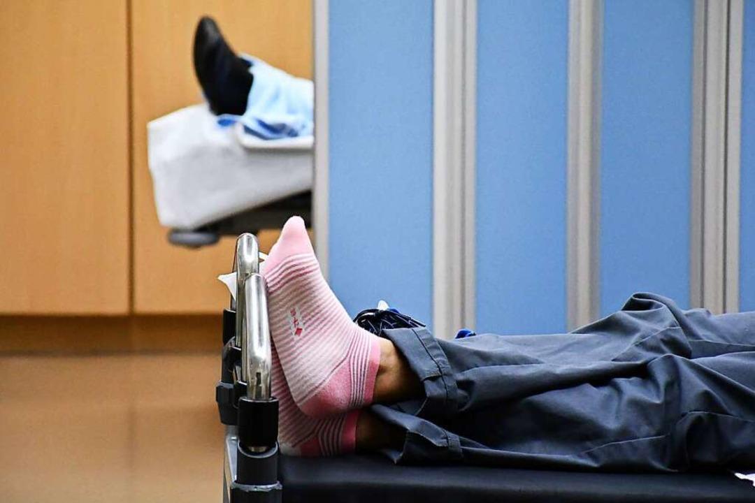 Patienten liegen manchmal tagelang in ... den Stationen Betten abgebaut wurden.    Foto: Barbara Ruda