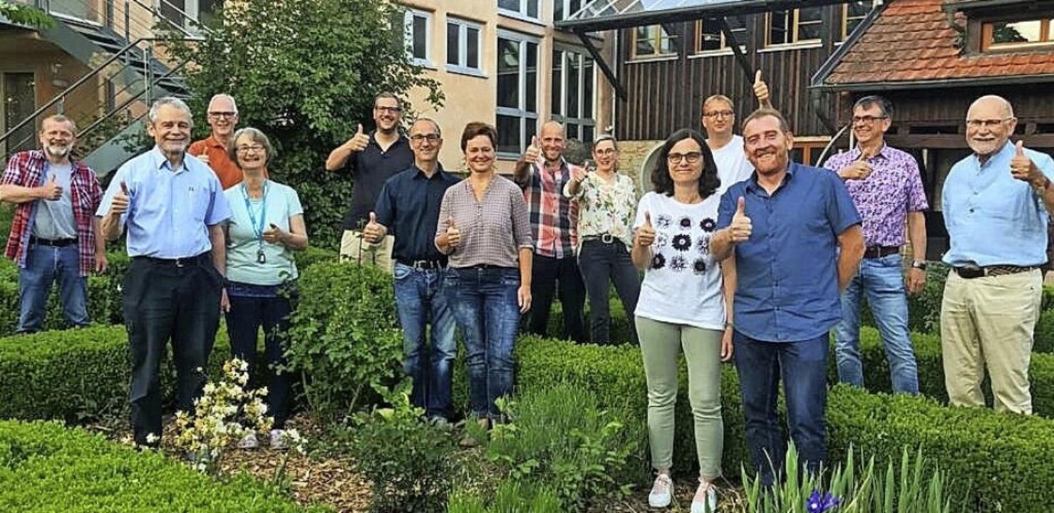 """Daumen hoch für die """"Dorfmitte H...n Thomas Kammerer (Fünfter von links).    Foto: Werner Zuberer"""