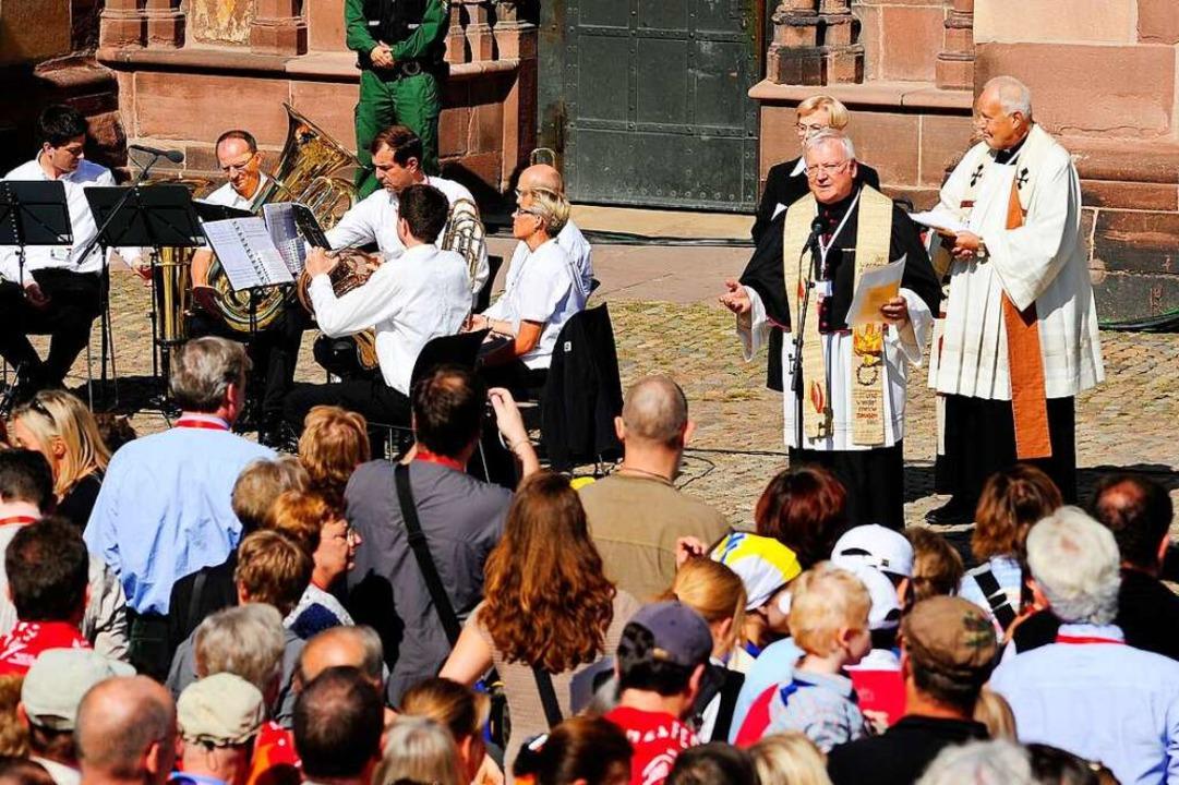 September 2011: Als Dompfarrer begrüss...Pilger auf dem südlichen Münsterplatz.  | Foto: Thomas Kunz