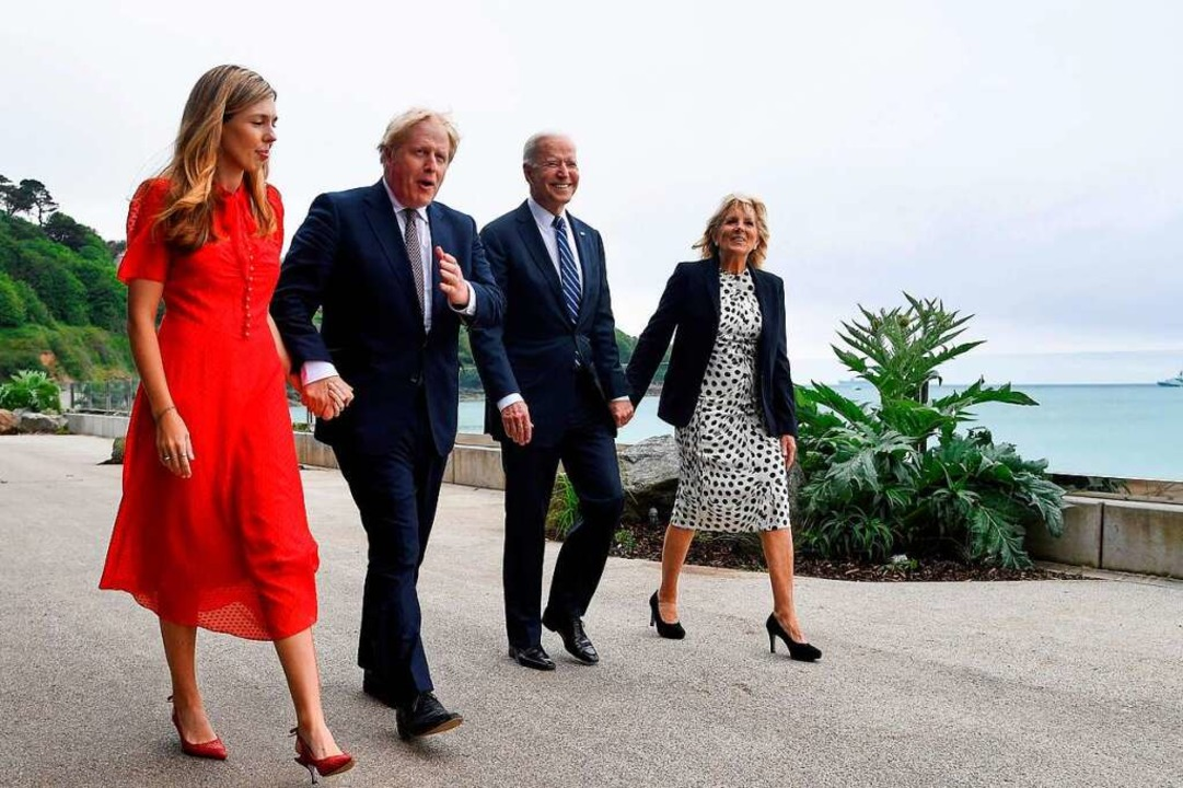 Spaziergang in Carbis Bay, Cornwall: B...Carrie Johnson (links) und Jill Biden.  | Foto: TOBY MELVILLE (AFP)
