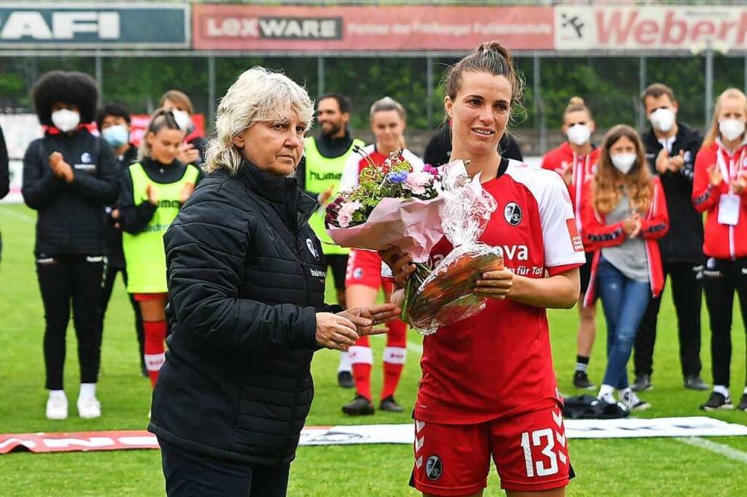 Sandra Starke (rechts) wechselt zum Vf...chiedung durch Managerin Birgit Bauer.  | Foto: Achim Keller