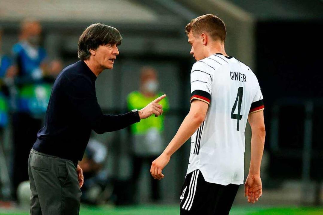 Joachim Löw (links) legt verstärkt wer...ss er lauter agiert auf dem Spielfeld.  | Foto: ODD ANDERSEN (AFP)