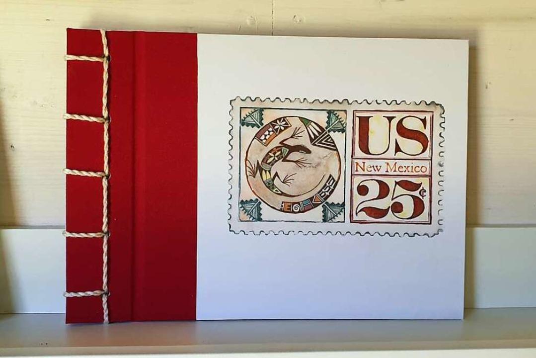 Ihre Briefkartenserie lässt sie inzwischen als kleine Bücher binden.    Foto: Theresa Steudel
