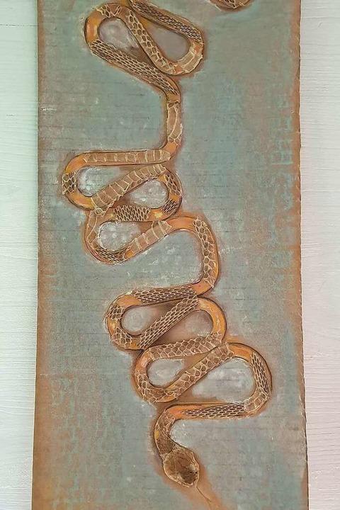 Die Schlange entstand aus Pappschnipseln, die in den Müll sollten.    Foto: Theresa Steudel