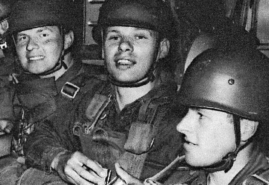 Robert Henrich (links) vor einem Absprung mit Fallschirmjägern  | Foto: privat