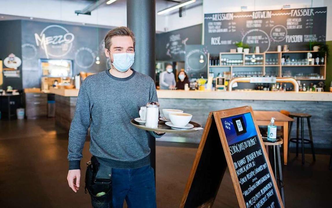 Die Gastronomiebranche sucht dringend ...d der Pandemie die Branche gewechselt.    Foto: Julian Stratenschulte (dpa)