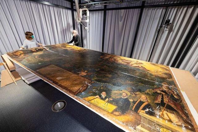 Im Freiburger Augustinermuseum wird wertvolles Bild vor Publikum restauriert