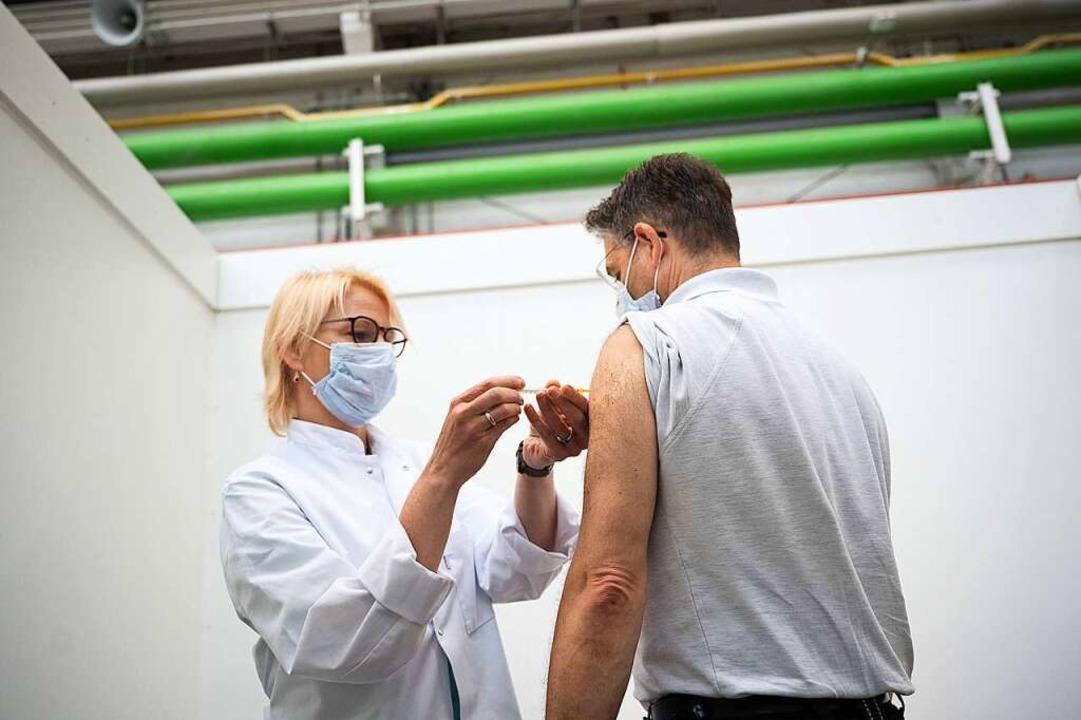 Basel hat in der Schweiz bei den Erstimpfungen den Spitzenwert (Symbolbild).  | Foto: Sebastian Gollnow (dpa)