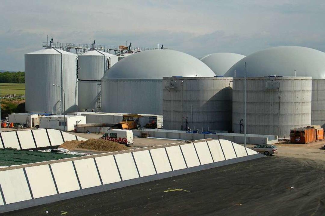 Die  Anlage hat sieben große Flachsilos (vorne) und zwölf hohe  Behälter.  | Foto: Badenova