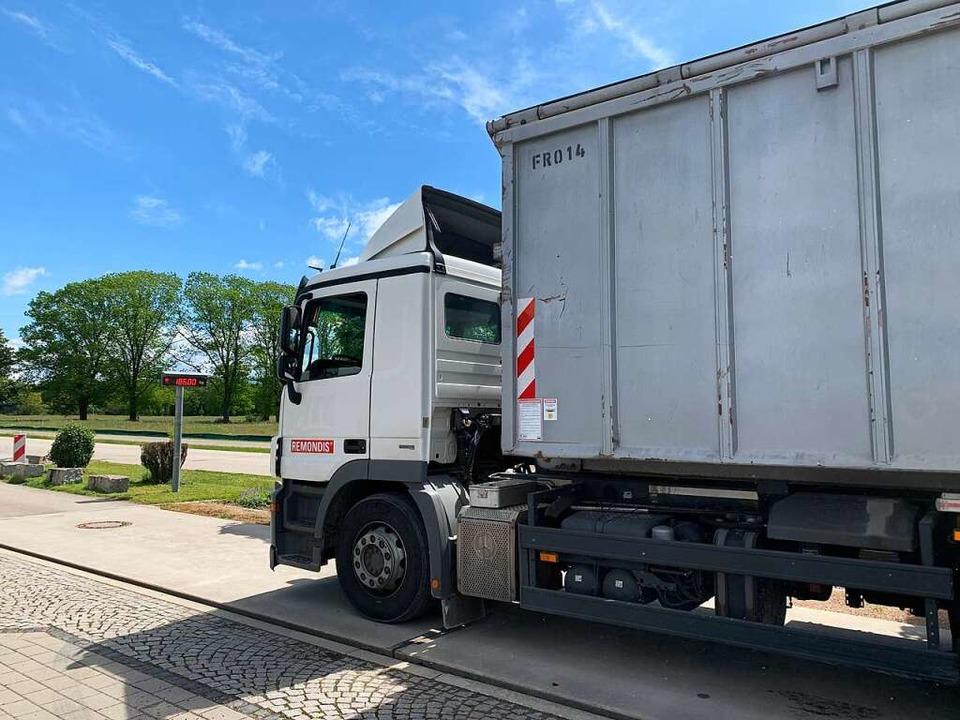 Ein Lastwagen liefert eine Ladung Ener...en,  auf dem er steht, ist eine Waage.  | Foto: Simone Höhl
