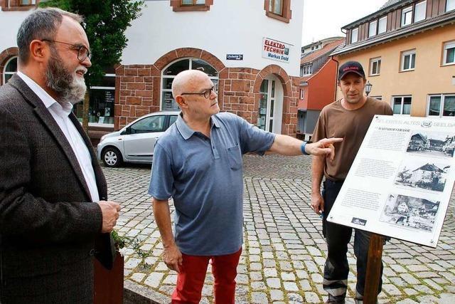 Tafeln zeigen alte Ortsansichten von Seelbach