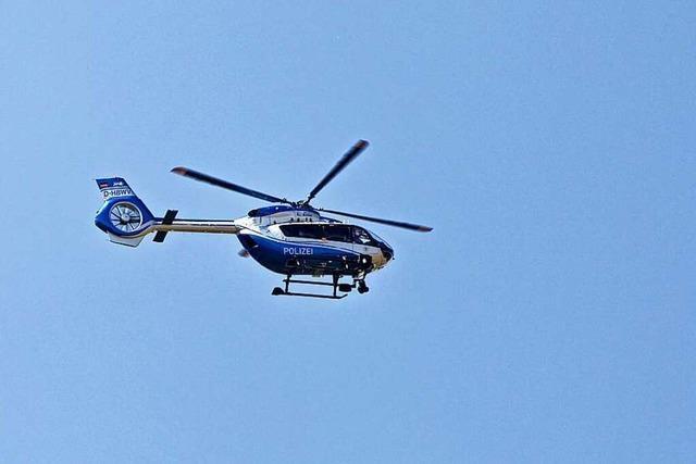 Polizei sucht mit Helikopter nach verunglücktem Auto