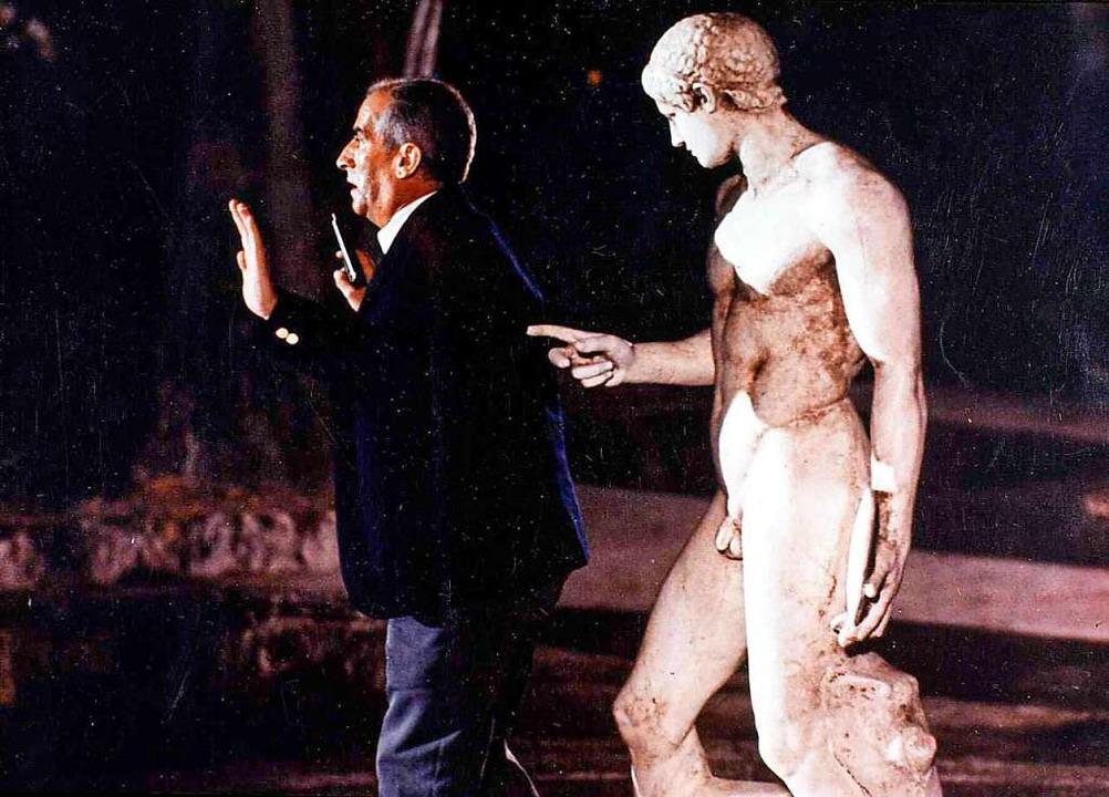 Hilfe, er ist ja nackt! Louis de Funès... unbekleideten antiken Adonis bedroht.    Foto: imago stock&people
