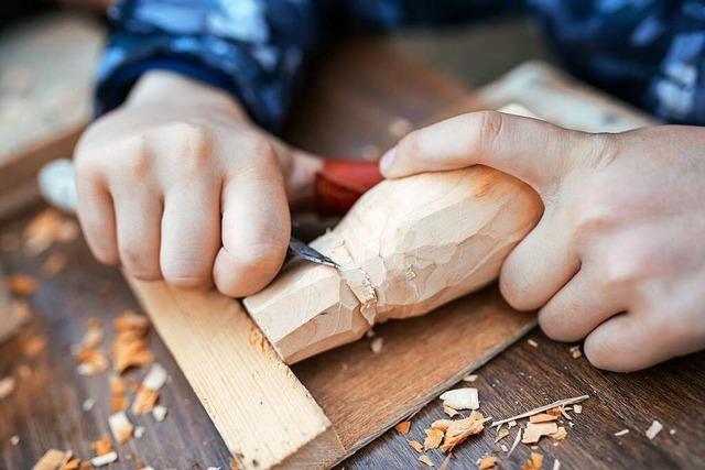 Wie Kinder lernen, mit Messer und Holz umzugehen