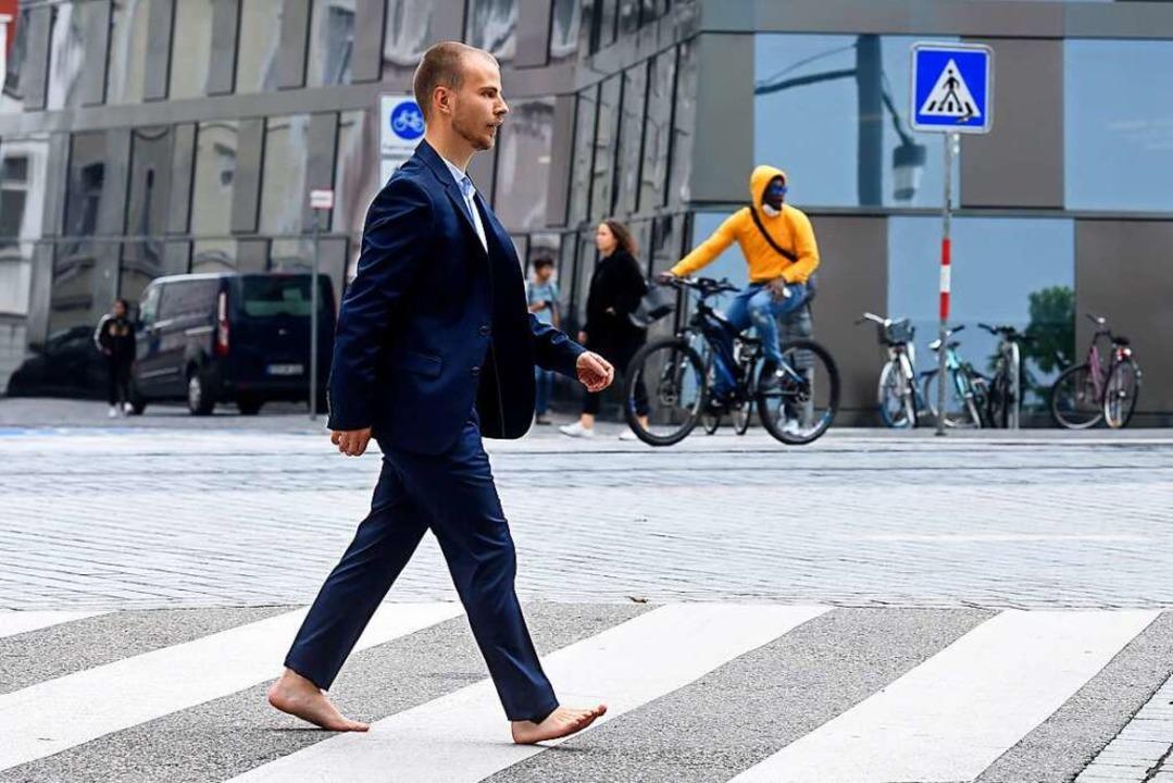 Der Barfußläufer lässt das Schuhwerk a...ngs auch sehr auf Glasscherben achten.  | Foto: Thomas Kunz