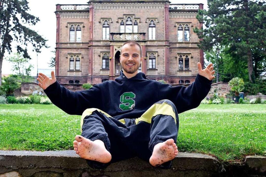 Félicien Rondel in barfußgerechter Hose vor dem Freiburger Colombischlösse  | Foto: Thomas Kunz