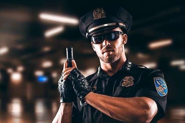 Wenn Matt lasziv das Polizisten-Kostüm fallen lässt