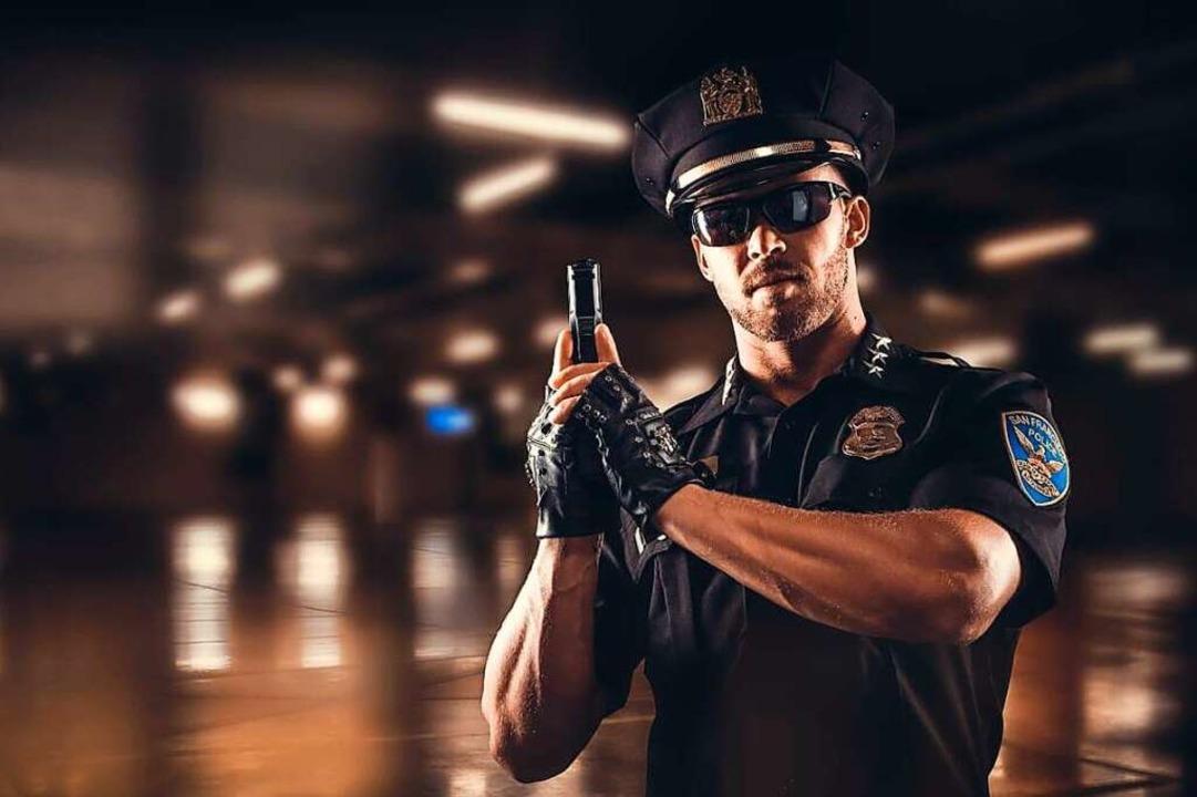 Frauen lieben Uniformen, sagt Matt &#8...posiert er als amerikanischer Polizist  | Foto: Chris Leiner