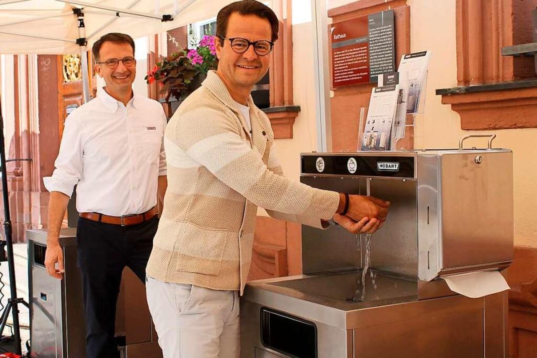 Bei bestem Wetter erfreuten sich Manfr...n dem mobilen System zum Händewaschen.    Foto: Wolfgang Achnitz