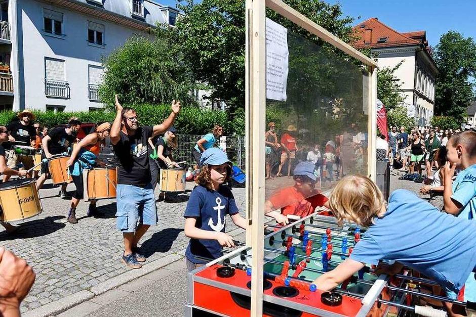 Statt Autoverkehr gab es den ganzen Tag über Musik, Spiele, Rikscha-Rundfahrten und gemütliches Beisammensein auf der sonst stark befahrenen Lorettostraße, die zum erweiterten Wohnzimmer wurde. (Foto: Thomas Kunz)