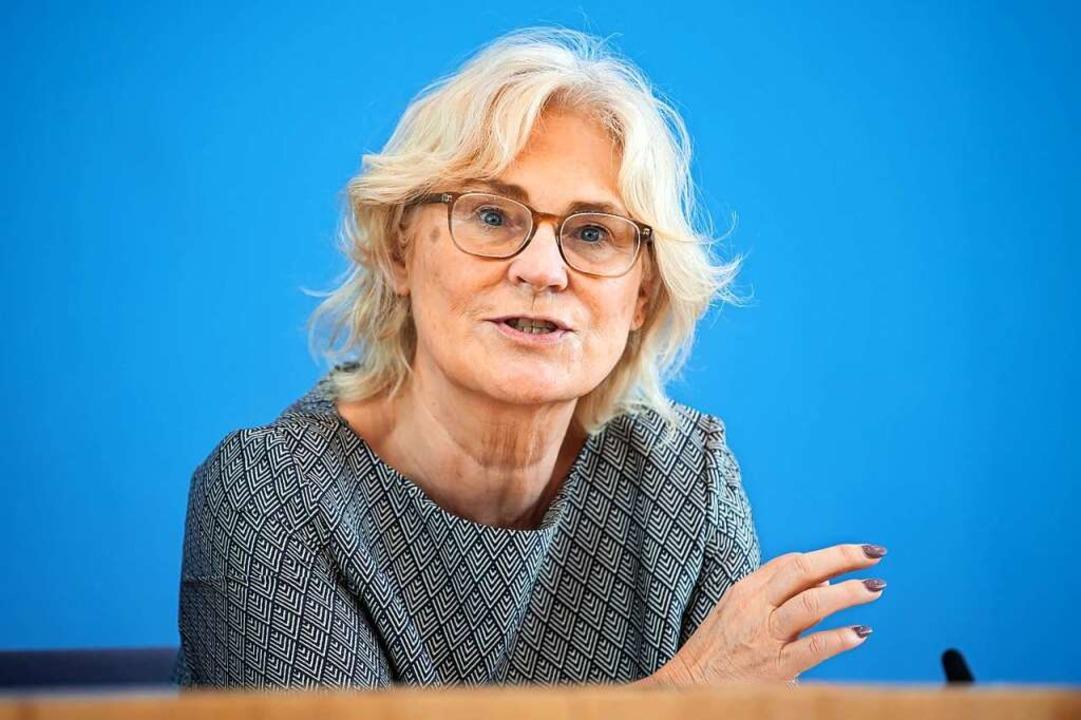 Bundesjustizministerin Christine Lambr...mäßigkeit der Maskenpflicht zu prüfen.  | Foto: Bernd von Jutrczenka (dpa)