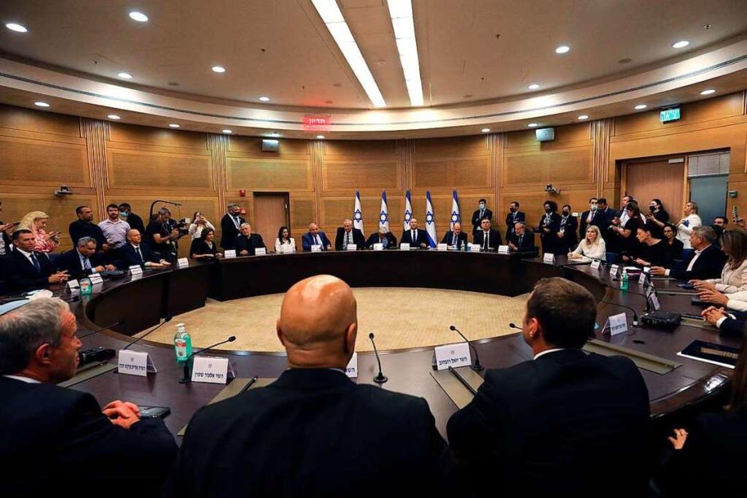 Mitglieder der neuen israelischen Regi... der Knesset, dem Parlament, zusammen.  | Foto: GIL COHEN-MAGEN (AFP)