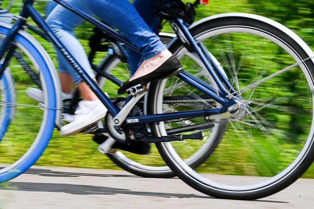Immer mehr Menschen steigen aufs Fahrrad um.  | Foto: Hendrik Schmidt (dpa)