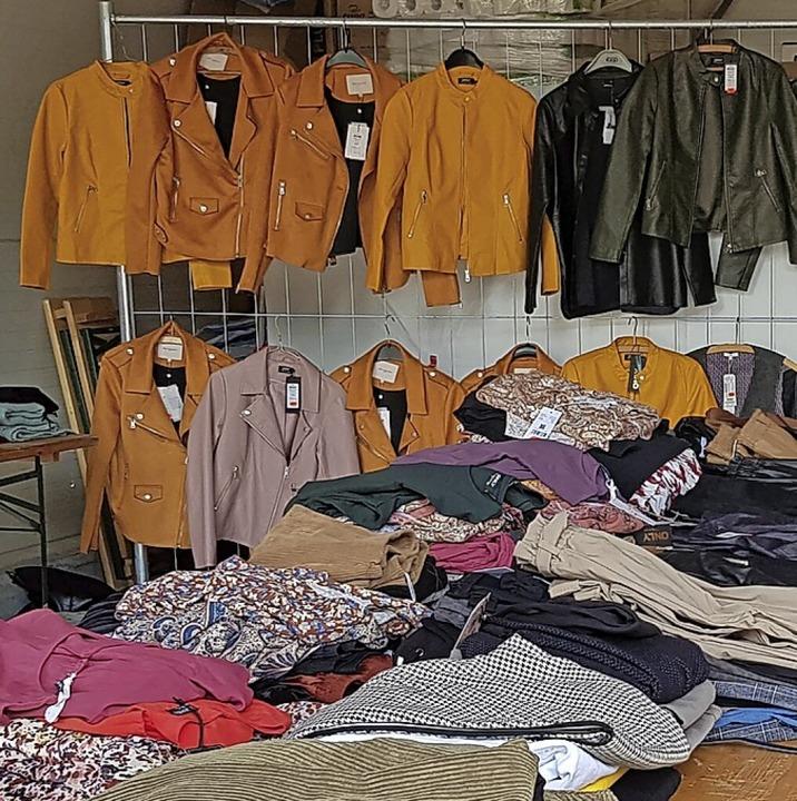 Die Auswahl an fabrikneuer Bekleidung  war groß.    Foto: Hans-Peter Müller